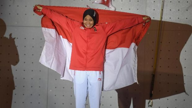 Atlet panjat tebing Indonesia Aries Susanti Rahayu melakukan selebrasi setelah memenangkan final katagori speed putri di Arena Panjat Tebing Jakabaring Sport City, Palembang, Sumatera Selatan, Kamis (23/8). ANTARA FOTO/INASGOC/Hendra Nurdiyansyahym/18.