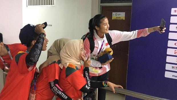 Zhao Lina melayani permintaan foto bersama relawan dengan ramah.