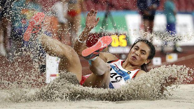 Atlet Indonesia Maria Natalia Londa turun pada nomor lompat jaus putri Asian Games ke-18 di Stadion Utama Gelora Bung Karno, Jakarta, Senin (27/8). ANTARA FOTO/ INASGOC/ Jessica Margaretha/mes/18