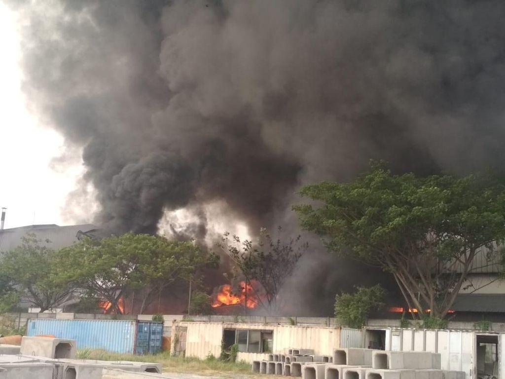 Hampir 10 Jam, Kebakaran di Gudang Biji Plastik Gresik Belum Padam