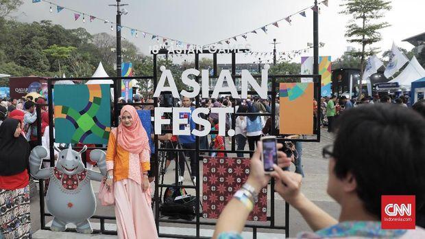 Suasana Asian Fest di siang hari dan tetap ramai di malam hari.