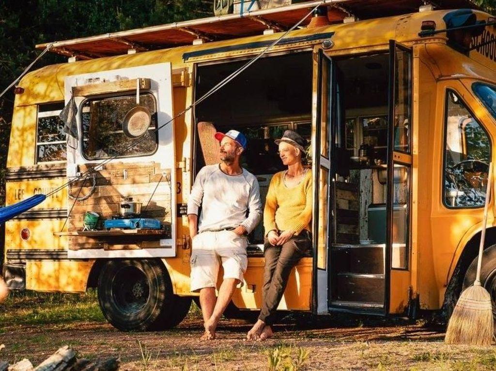 Keren Nih, Suami Istri Ini Sulap Bus Jadi Rumah Berjalan