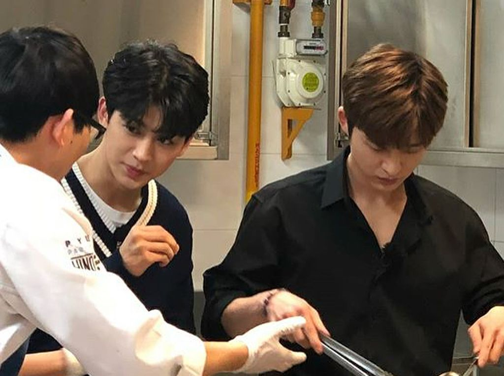 Gaya Keren Hanbin iKON hingga Rapper JFlow Saat Makan