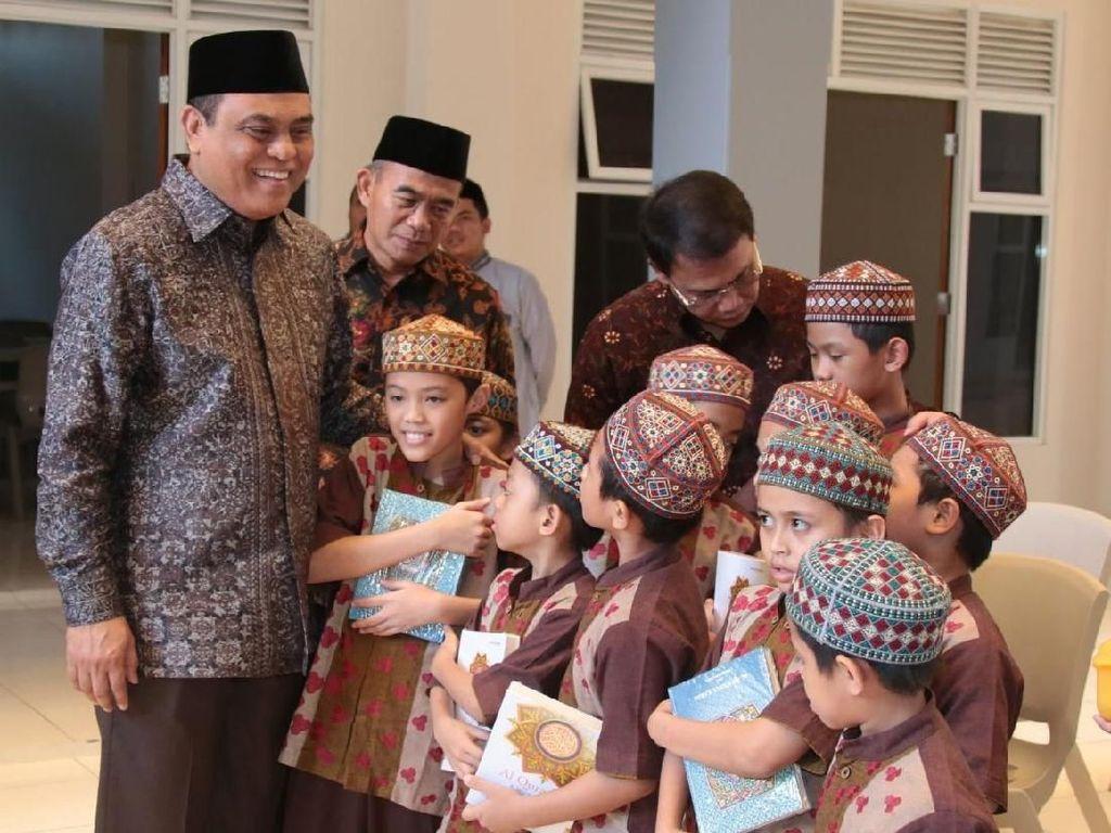 Kedekatan Chief de Mission Asian Games Syafruddin dengan Anak-anak