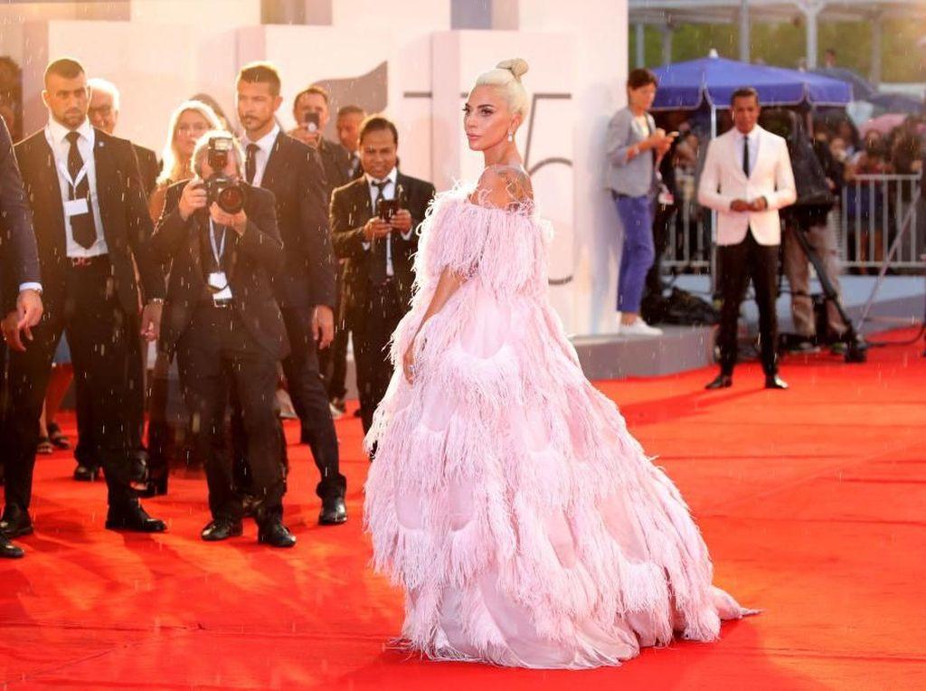 Foto: Gaya Dramatis Lady Gaga Bergaun Megar Penuh Bulu di Karpet Merah