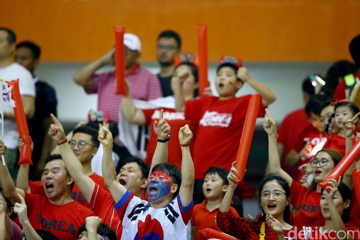 Suporter Korea Selatan dan Jepang tampak memenuhi Stadion Pakansari, Bogor, Sabtu (1/9/2018) malam.