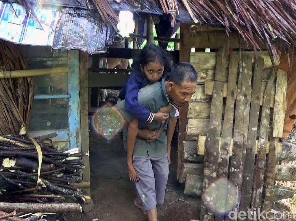 Keluarga Dasirin yang Hidup di Kandang Kerbau Akhirnya Dievakuasi
