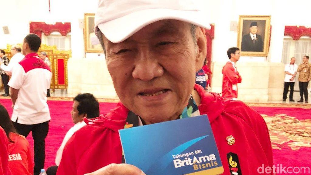 Senyum Orang Terkaya RI Tunjukkan Buku Tabungan Bonus dari Jokowi