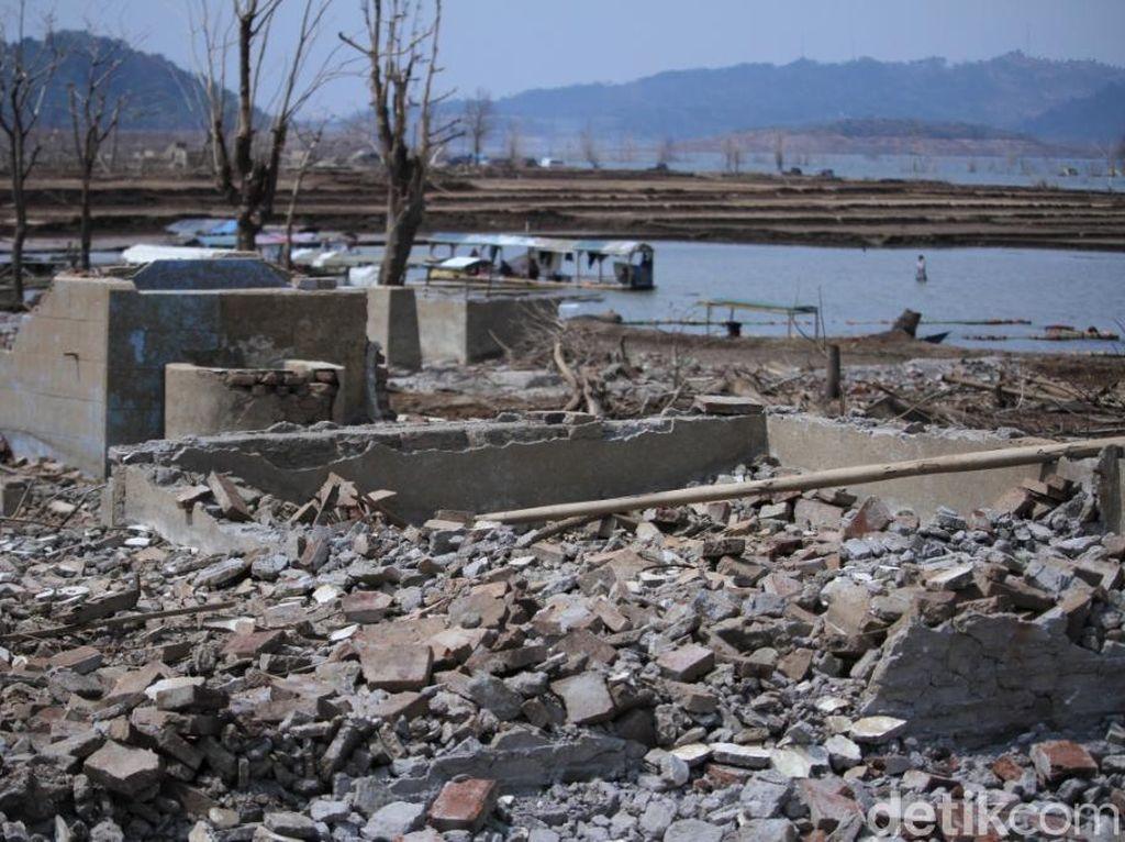 Waduk Jatigede Surut, Kuburan dan Bangunan Muncul ke Permukaan