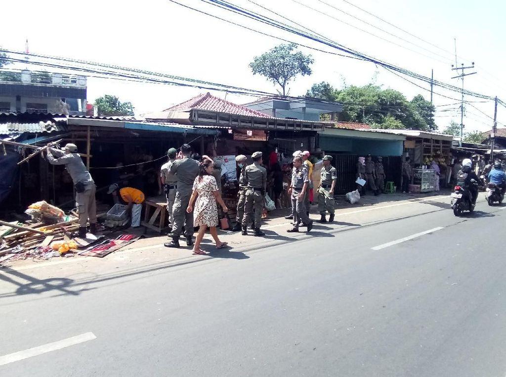 Bikin Macet Jalan Raya Bogor, PKL di Pasar Cisalak Ditertibkan
