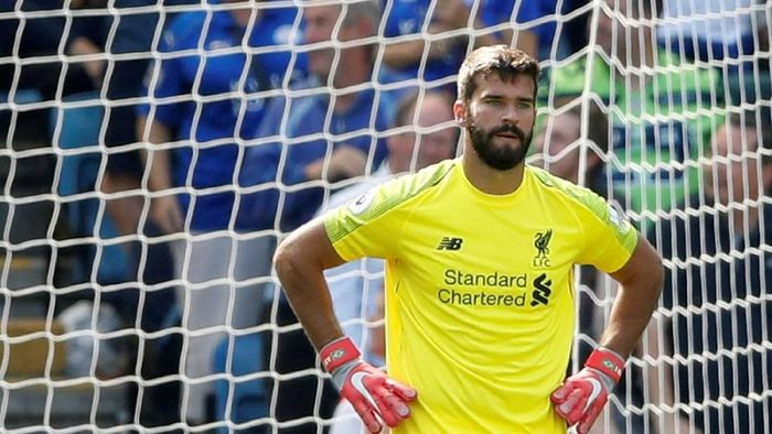 Alisson Becker ketika membuat kesalahan yang bikin gawangnya jebol ketika Liverpool menang 2-1 atas Leicester City (Foto: Carl Recine/Reuters)