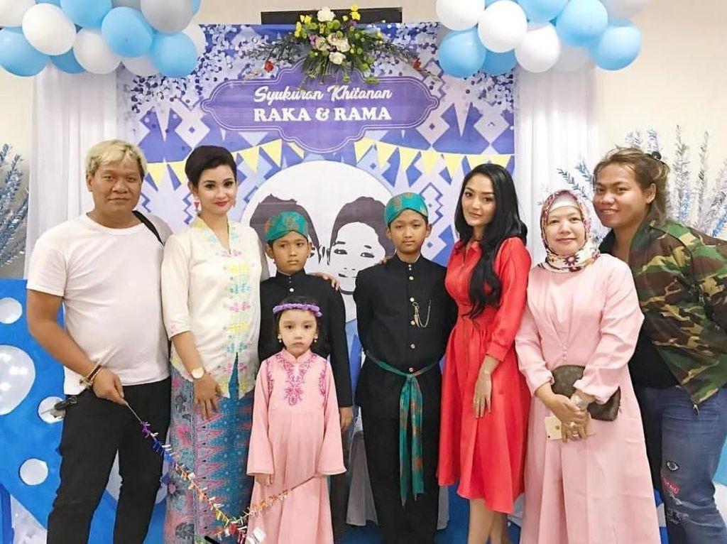 Ekspresi Ceria Siti Badriah Saat Bersama Anak-anak
