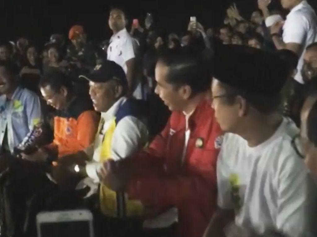 Goyang Dayung Jokowi saat Nobar Closing Asian Games di Lombok