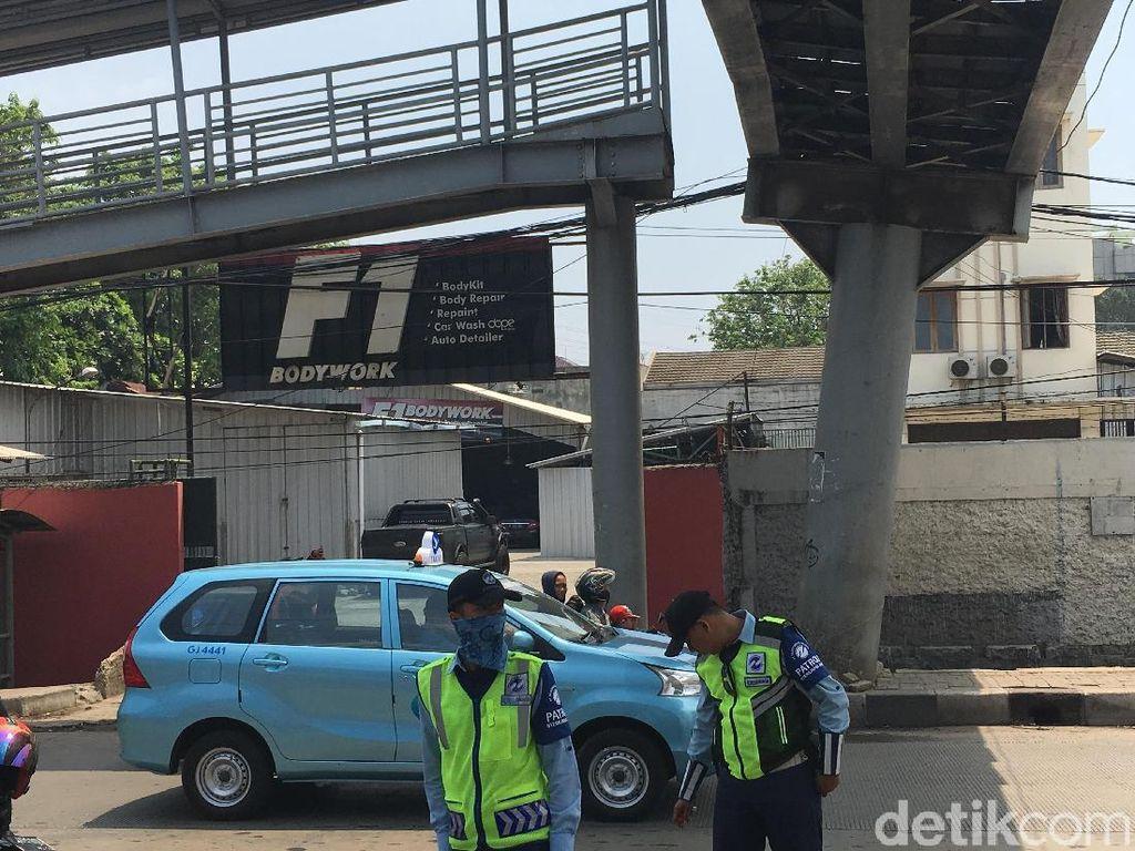 Penampakan JPO Nyaris Roboh di Jakbar yang Bikin Penumpang Manjat