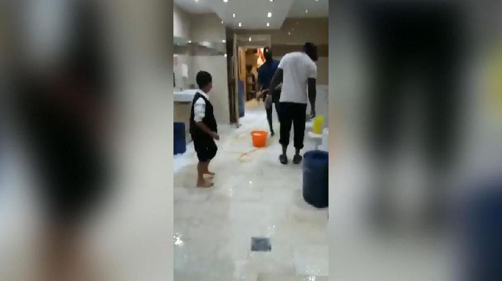 Salut! Sadio Mane Tertangkap Kamera Bersih-bersih Toilet Masjid