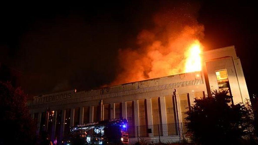 Api Melahap Bangunan Ikonik di Liverpool