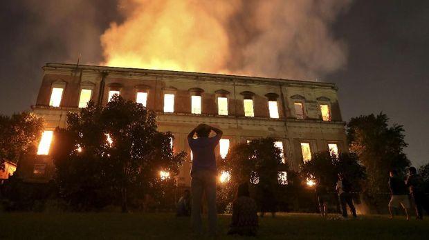 Museum Nasional Brasil terbakar hebat pada Senin (3/9). Museum itu menyimpan 26 ribu artefak berharga umat manusia.