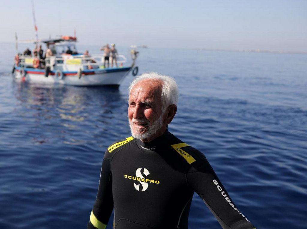 Foto: Gaya Scuba Diver Tertua di Dunia Pecahkan Rekor