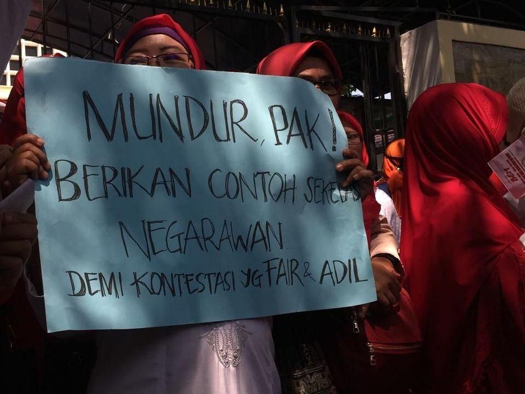 Barisan Emak-emak Demo Minta Jokowi Mundur, Mardani: Keren!