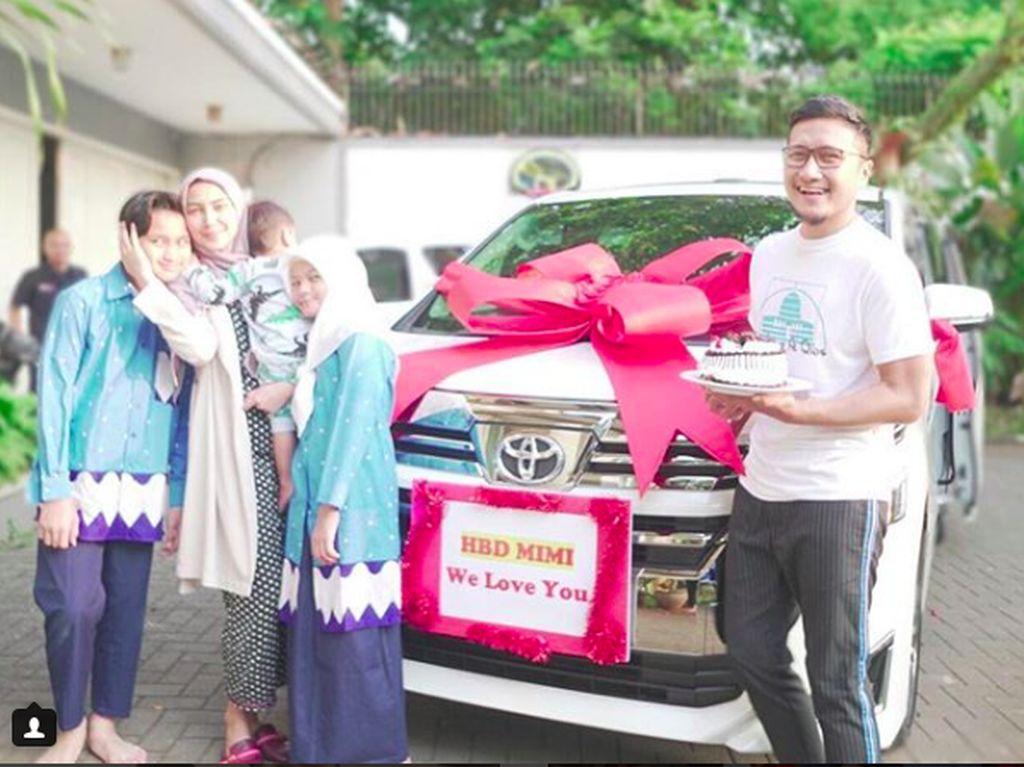 So Sweet, Arie Untung Beri Hadiah Toyota Vellfire Buat Sang Istri
