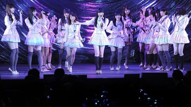 Japanese women's pop group AKB48 led by Rino Sashihara (C) performs onstage during a gala dinner of the ASEAN-Japan commemorative summit meeting hosted by Japanese prime minister in Tokyo on December 14, 2013. Japan and Southeast Asian countries agreed on the importance of freedom in the skies, in the first major gathering of the continent's leaders since China ramped up regional tensions with a controversial air defence zone.        AFP PHOTO / POOL / TOSHIFUMI KITAMURA / AFP PHOTO / POOL / TOSHIFUMI KITAMURA