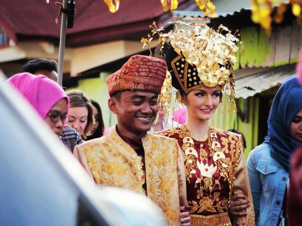 Foto: Kemesraan Pria Padang yang Pernah Viral karena Nikahi Bule Cantik