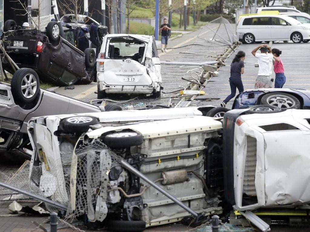 Dahsyatnya Topan Jebi: Mobil Terguling dan Kapal Tabrak Jembatan