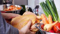 Waspada agar tidak mencuci ayam sebelum dimasak..ini alsannya.