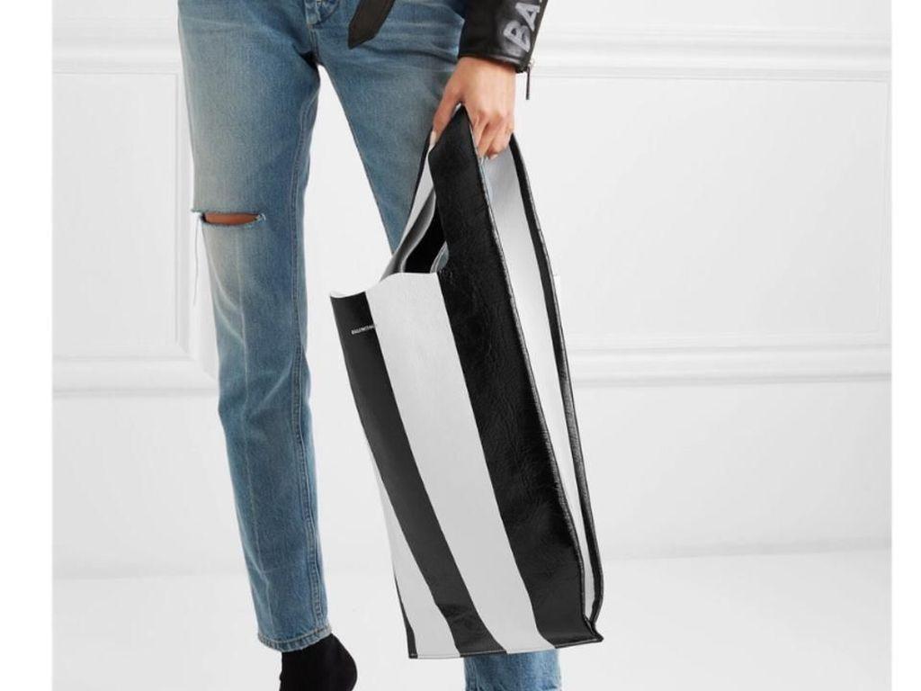 Luar Biasa, Tas Balenciaga yang Mirip Kresek Ini Harganya Setara Motor
