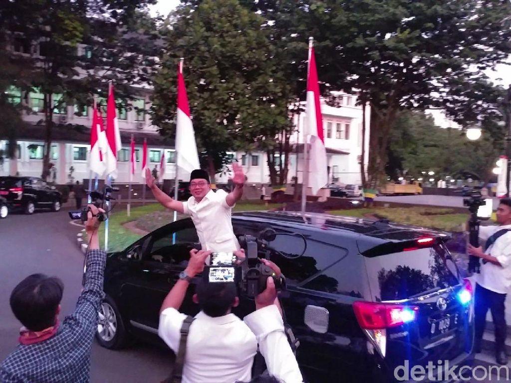 Lambaian Tangan Terakhir Ridwan Kamil di Balai Kota Bandung