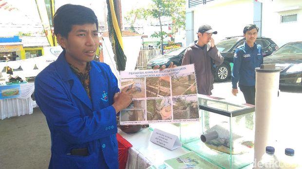 Mahasiswa di Karawang Jernihkan Air Kotor Menggunakan Arang