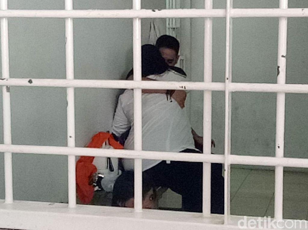 Pelukan Mesra Dhawiya dan Pacar di Ruang Tahanan