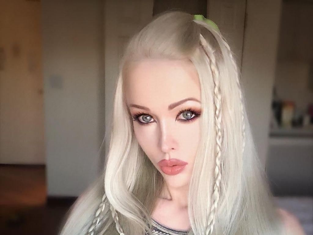 10 Potret Valeria, Si Wanita Barbie yang Penuh Kontroversi