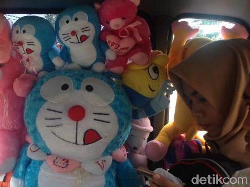 Lucu, Banyak Boneka di Angkot Ini, Penumpang Suka Selfie