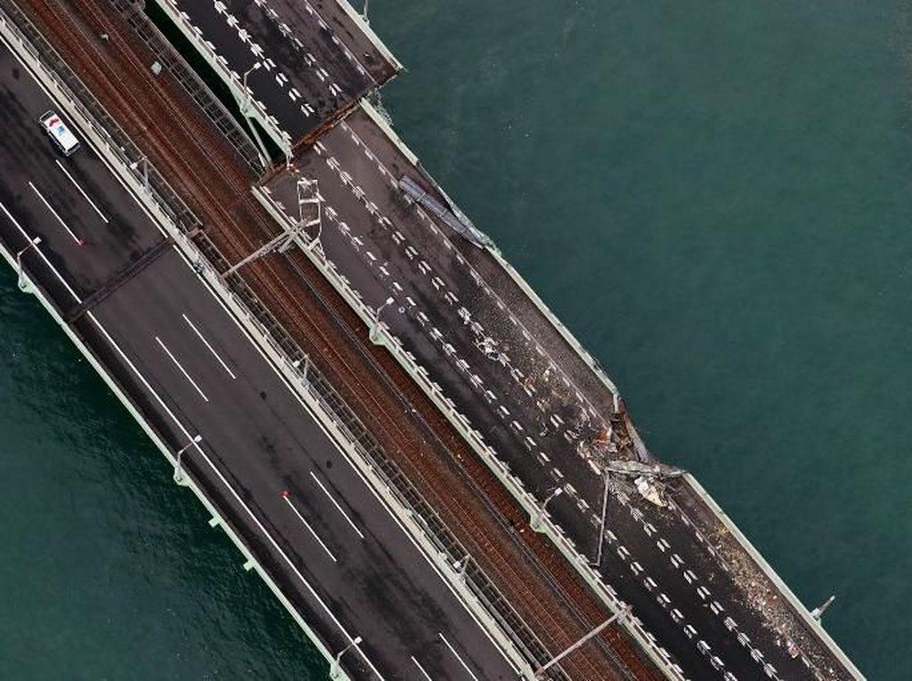 Begini Kerusakan Jembatan Bandara Kansai yang Ditabrak Tanker