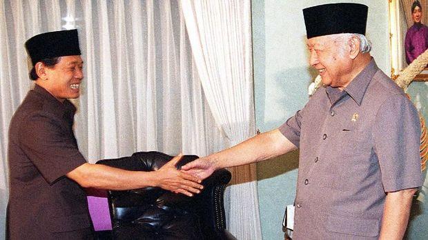 Ketua DPR pada 1998, Harmoko meminta Soeharto untuk mundur dari jabatan presiden. Pernyataan Harmoko mendapat sorotan lantaran selama ini dikenal sebagai orang dekat Soeharto