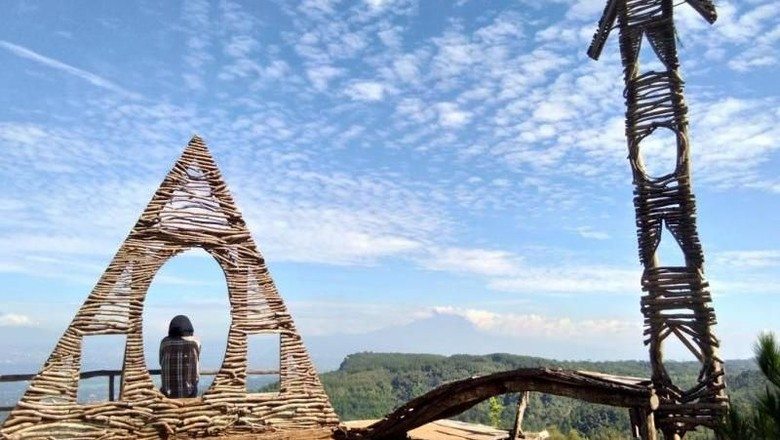 Menara pandang di Bukit Lintang Sewu (Nuha Dzakirah/dtraveler)