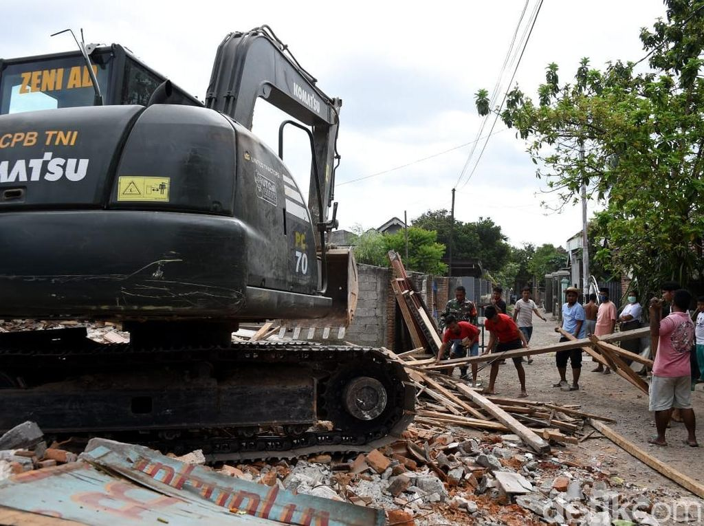 Prajurit TNI Bersama Warga Bersihkan Puing-puing Rumah di Lombok