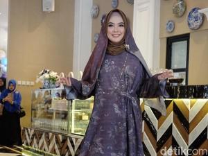 Tampil Beda, Ria Miranda Rilis Koleksi Hijab Berwarna Gelap