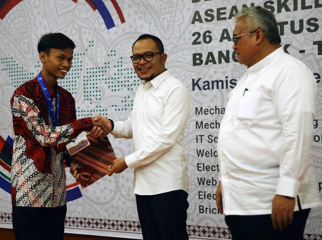 Delegasi ASEAN Skills Competition 2018 Terima Penghargaan dari Menaker