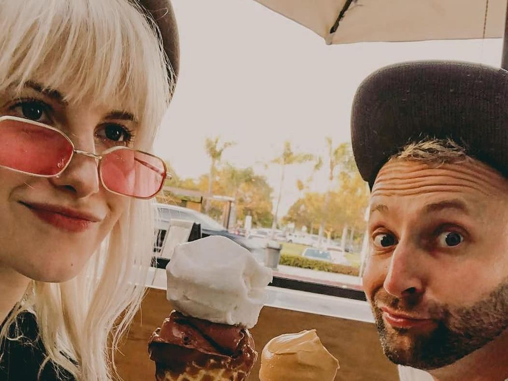 Serunya Pose Hayley Williams Saat Makan Es Krim dan Udon