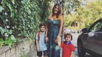 Ibu dari Thiago dan Mateo alias istri Messi, Antonella Rocuzzo, pun turut mengantar dua buah hati ke sekolah. (Foto: Instagram @antoroccuzzo88)