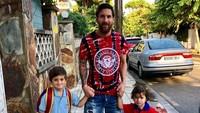 Salah satu momen bersama keluarga itu adalah mengantar dua putranya, Thiago dan Mateo, ke sekolah. (Foto: Instagram @leomessi)