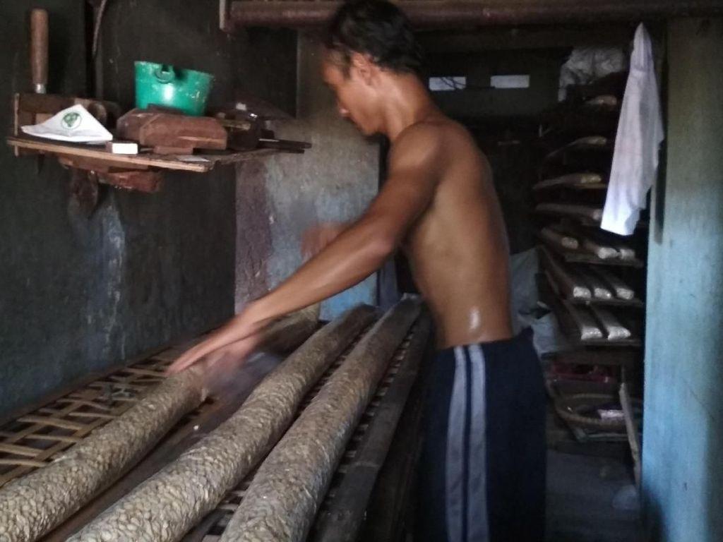 Rupiah Loyo, Pendapatan Produsen Tempe di Cirebon Turun