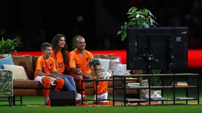 Sofa dan TV di laga perpisahan Wesley Sneijder dengan timnas Belanda (Foto: Dean Mouhtaropoulos/Getty Images)