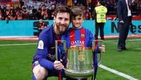 Si sulung, Thiago, sudah sering mejeng di layar kaca. Messi kerap membawanya masuk ke lapangan di momen-momen spesial, seperti saat memenangi Copa del Rey musim lalu. (Foto: Instagram @leomessi)
