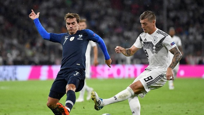 Soccer Football - UEFA Nations League - League A - Group 1 - Germany v France - Allianz Arena, Munich, Germany - September 6, 2018  Frances Antoine Griezmann in action with Germanys Toni Kroos            REUTERS/Andreas Gebert