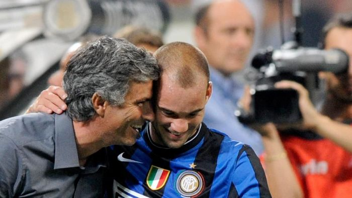 MILAN, ITALY - AUGUST 29:  Coach Jose Mourinho and Wesley Sneijder of Inter FC during the Serie A match between AC Milan and Inter Milan at Stadio Giuseppe Meazza on August 29, 2009 in Milan, Italy.  (Photo by Claudio Villa/Getty Images)