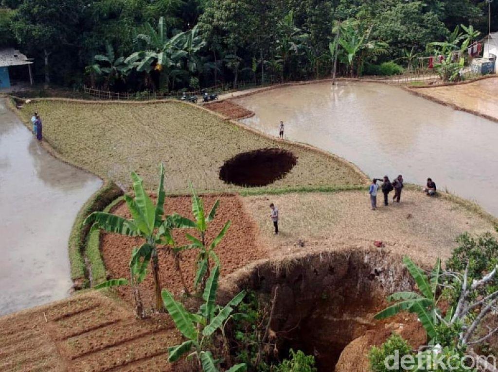 Penampakan Lubang Misterius di Sukabumi
