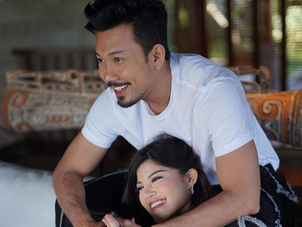Bikin Baper, Momen Manis Denny Sumargo-Dita Soedarjo di Foto Prewedding